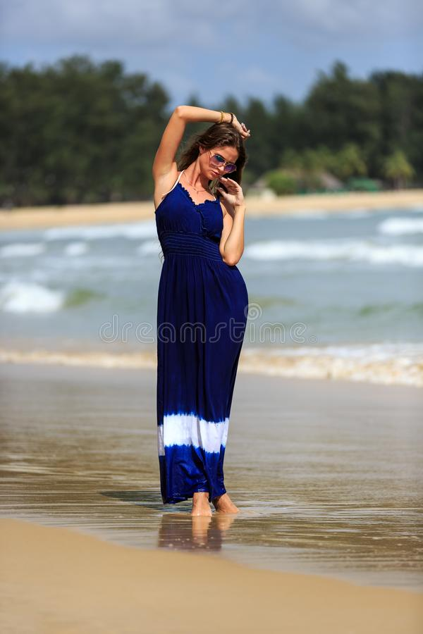 Προκλητική πρότυπη τοποθέτηση μόδας στην παραλία στοκ φωτογραφίες με δικαίωμα ελεύθερης χρήσης