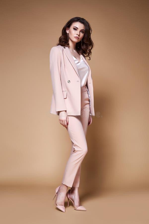 Προκλητικός όμορφος γυναικείος κύριος CEO διευθυντής επιχειρησιακών γυναικών makeup πολύ στοκ εικόνα