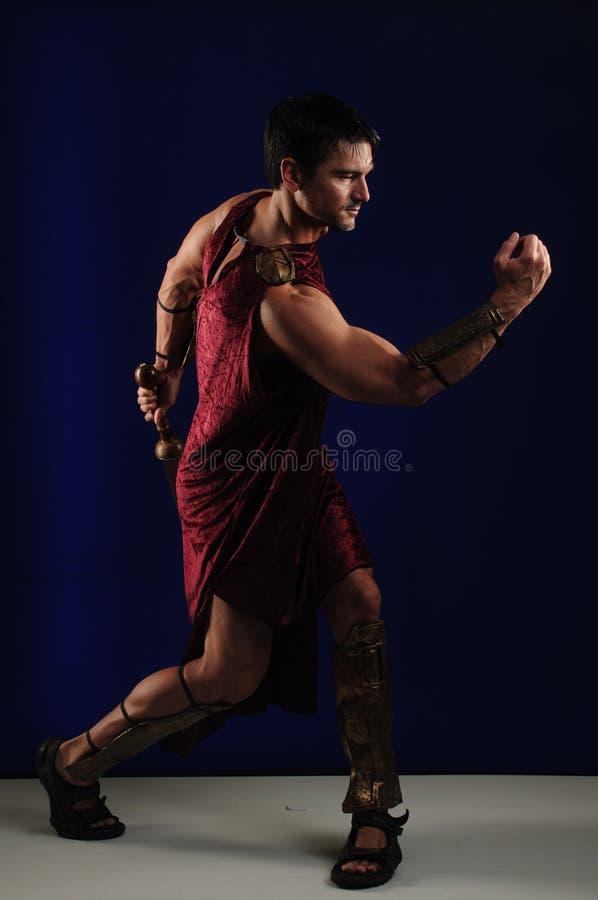 Προκλητικός gladiator χτυπά έναν μοναδικό θέτει στοκ φωτογραφίες