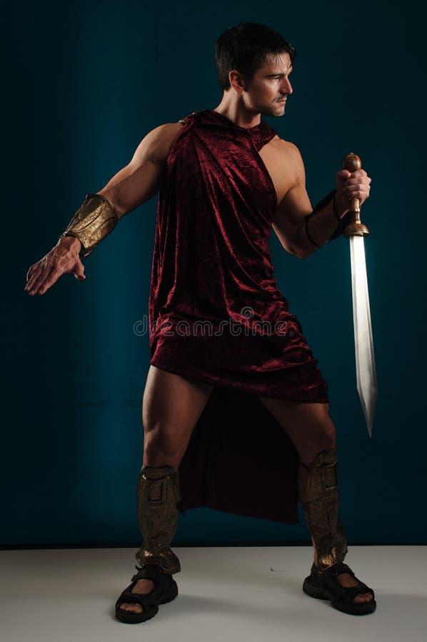 Προκλητικός gladiator χτυπά έναν μοναδικό θέτει στοκ φωτογραφία με δικαίωμα ελεύθερης χρήσης