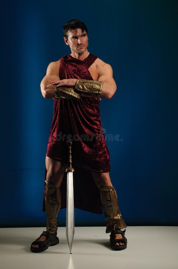 Προκλητικός gladiator χτυπά έναν μοναδικό θέτει στοκ εικόνα με δικαίωμα ελεύθερης χρήσης