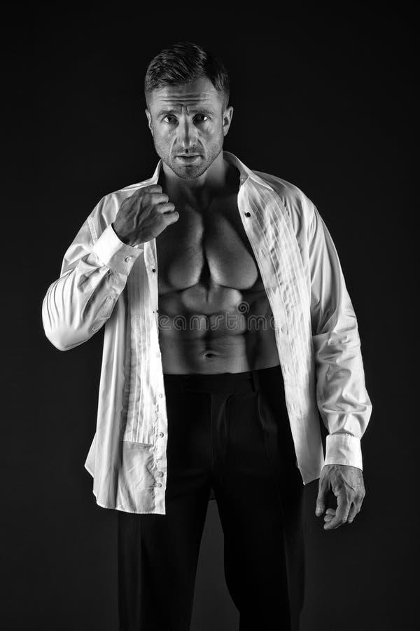 Προκλητικό άτομο στο ξεκουμπωμένο πουκάμισο άτομο φαλλοκρατών με το μυϊκό σώμα E αρσενικά μόδα και χάρισμα βάναυση σεξουαλικότητα στοκ εικόνα με δικαίωμα ελεύθερης χρήσης