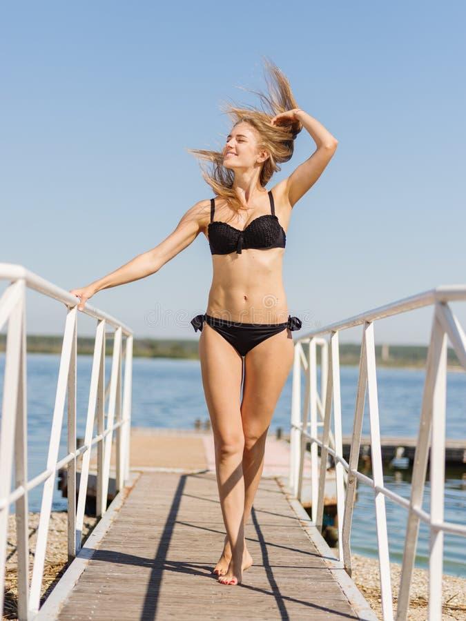 Προκλητικό θερινό κορίτσι με όμορφο μακρυμάλλη σε ένα υπόβαθρο μπλε ουρανού Έννοια Swimwear διάστημα αντιγράφων στοκ φωτογραφία με δικαίωμα ελεύθερης χρήσης