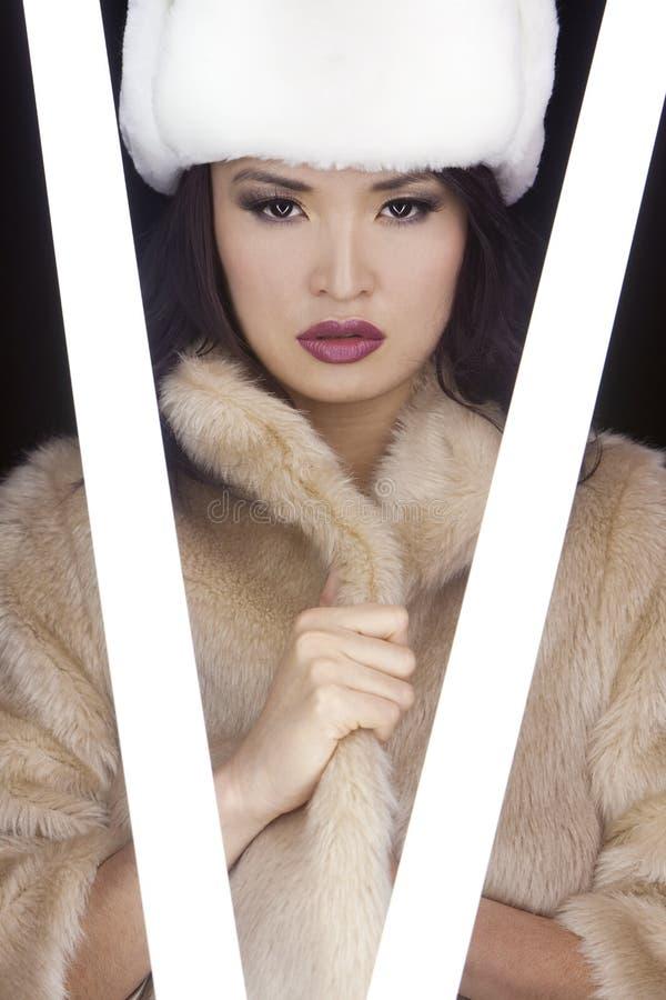 Προκλητικό ιαπωνικό ασιατικό κορίτσι στο παλτό & το καπέλο γουνών στοκ εικόνες με δικαίωμα ελεύθερης χρήσης