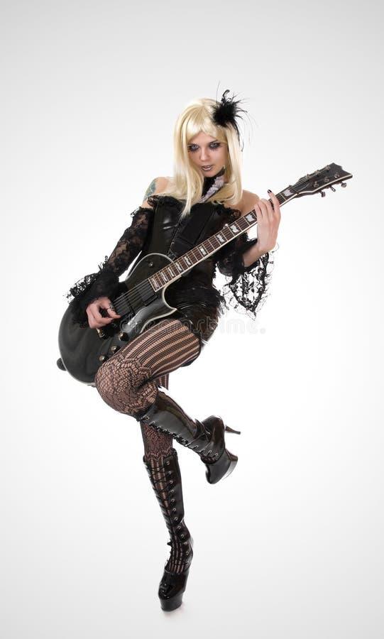 Προκλητικό κορίτσι με την κιθάρα στοκ εικόνα με δικαίωμα ελεύθερης χρήσης