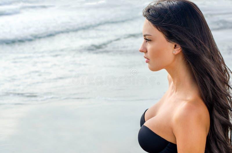 Προκλητικό κορίτσι που εξετάζει τη θάλασσα στοκ εικόνες