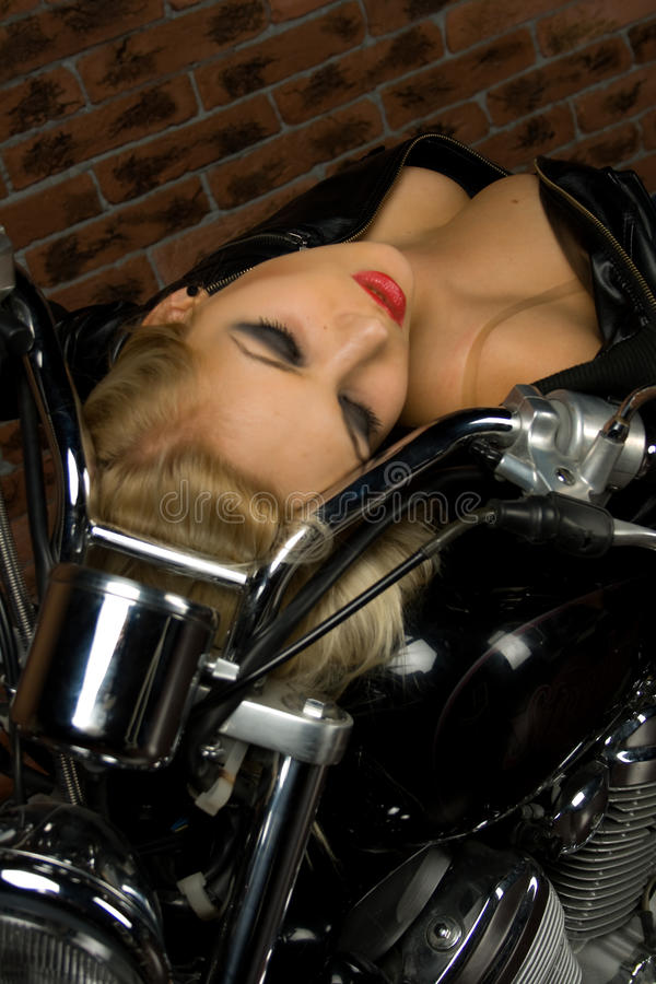 Προκλητικό κορίτσι στη μοτοσικλέτα στοκ εικόνες με δικαίωμα ελεύθερης χρήσης