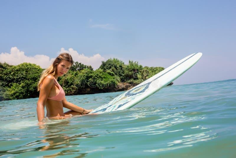 Προκλητικό κορίτσι surfer με την κυματωγή longboard στοκ φωτογραφίες