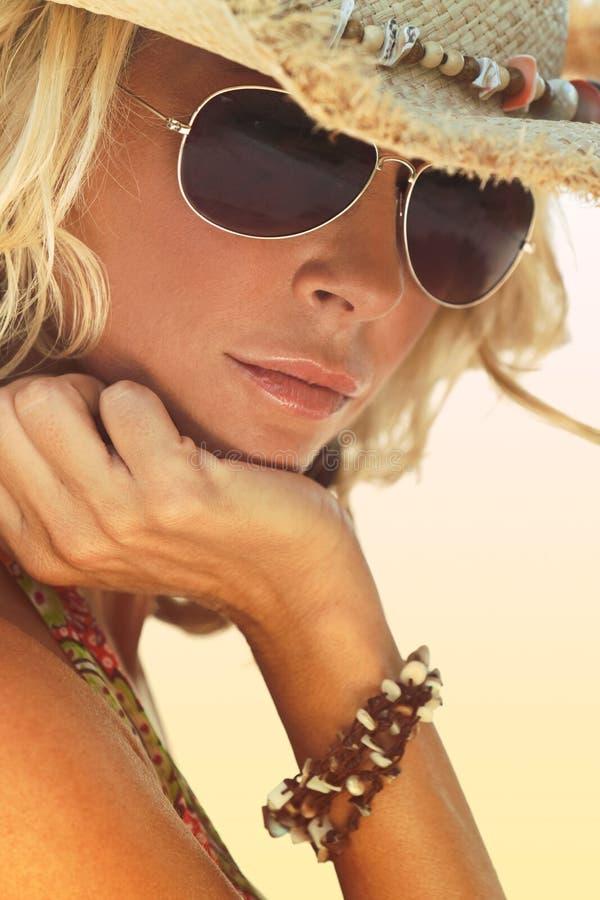 Προκλητικό ξανθό κορίτσι στα γυαλιά ηλίου αεροπόρων και το καπέλο κάουμποϋ αχύρου στοκ εικόνες