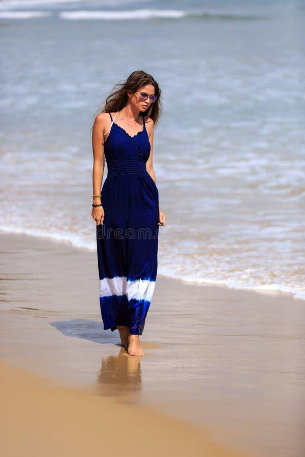 Προκλητικό πρότυπο περπάτημα μόδας στην παραλία στοκ φωτογραφία με δικαίωμα ελεύθερης χρήσης