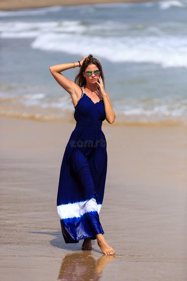 Προκλητικό πρότυπο περπάτημα μόδας στην παραλία στοκ φωτογραφία
