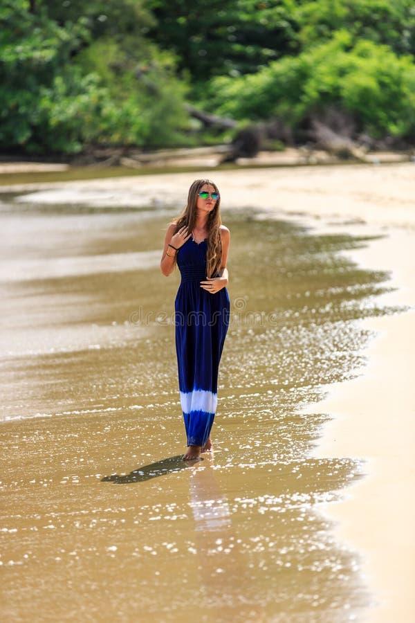 Προκλητικό πρότυπο περπάτημα μόδας στην παραλία στοκ φωτογραφίες με δικαίωμα ελεύθερης χρήσης