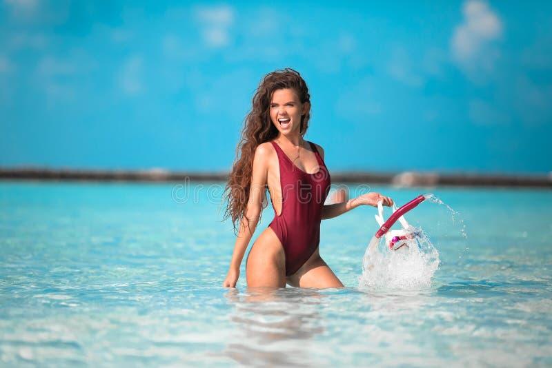 Προκλητικό πρότυπο στις διακοπές παραλιών Η ευτυχής εκμετάλλευση κοριτσιών διασκέδασης κολυμπά με αναπνευτήρα μάσκα σκαφάνδρων πο στοκ φωτογραφία