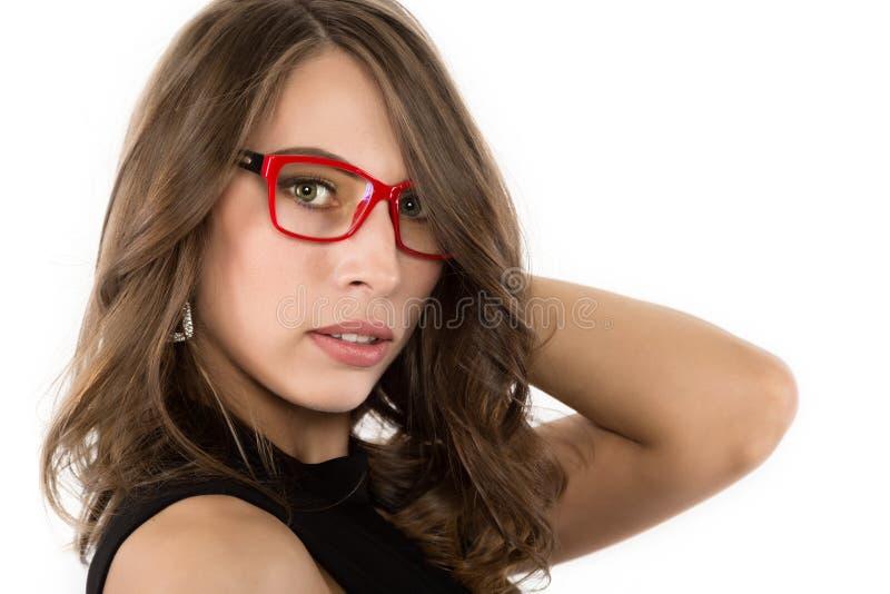 Προκλητικό χαριτωμένο businessgirl κινηματογραφήσεων σε πρώτο πλάνο στα κόκκινα γυαλιά μόδα και σύνθεση, ομορφιά στην επιχείρηση στοκ φωτογραφία