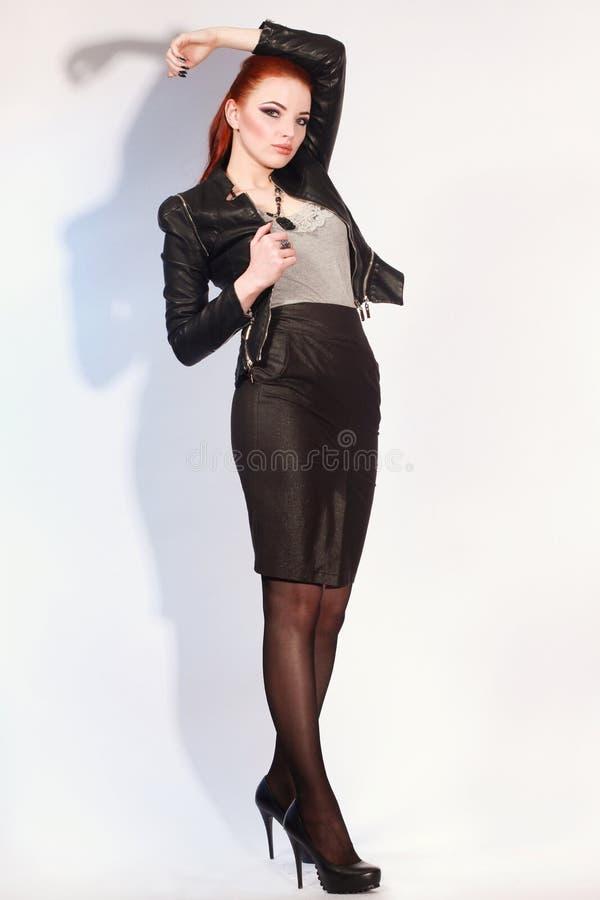Προκλητικό redhead κορίτσι στο μαύρο φόρεμα στο άσπρο υπόβαθρο _ στοκ εικόνα με δικαίωμα ελεύθερης χρήσης