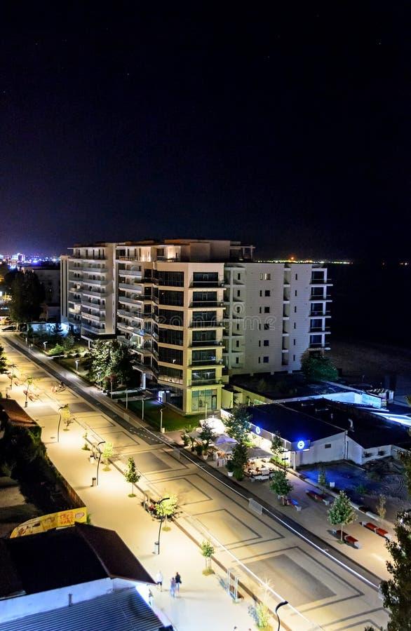 Προκυμαία και περίπατος Μαύρης Θάλασσας με τους φραγμούς και τα ξενοδοχεία στη νύχτα στοκ φωτογραφία