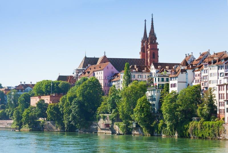 Προκυμαία του Ρήνου με το μοναστηριακό ναό της Βασιλείας, Ελβετία στοκ εικόνα με δικαίωμα ελεύθερης χρήσης