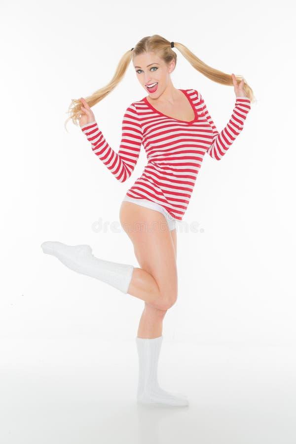 Προκλητικά ξανθά κόκκινα και άσπρα σορτς κιλοτών πουκάμισων στοκ φωτογραφία με δικαίωμα ελεύθερης χρήσης