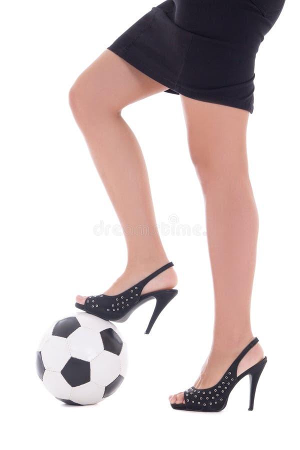 Προκλητικά πόδια γυναικών με τα υψηλά τακούνια και σφαίρα ποδοσφαίρου στο άσπρο backgro στοκ εικόνες με δικαίωμα ελεύθερης χρήσης