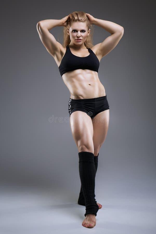 Προκλητική αθλητική τοποθέτηση γυναικών στοκ φωτογραφία με δικαίωμα ελεύθερης χρήσης