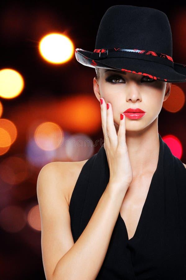 Προκλητική γυναίκα γοητείας με τα προκλητικά όμορφα κόκκινα χείλια στοκ εικόνες