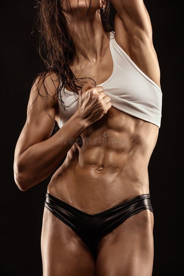 Προκλητική γυναίκα ικανότητας της Νίκαιας που παρουσιάζει κοιλιακούς μυς στοκ φωτογραφία