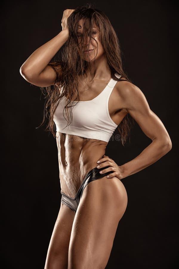 Προκλητική γυναίκα ικανότητας της Νίκαιας που παρουσιάζει κοιλιακούς μυς στοκ φωτογραφίες