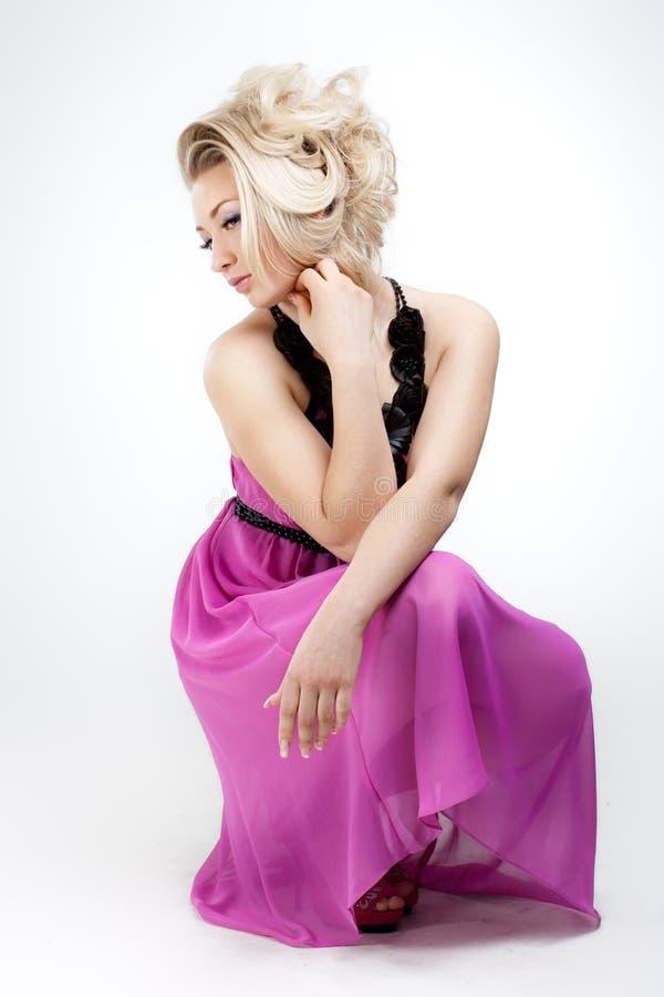 Προκλητική γυναίκα με το πολυτελές hairstyle στο άσπρο υπόβαθρο στοκ εικόνες με δικαίωμα ελεύθερης χρήσης