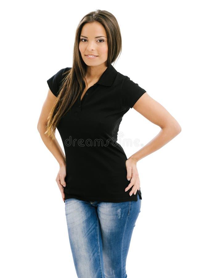 Προκλητική γυναίκα που διαμορφώνει το κενό μαύρο πουκάμισο πόλο στοκ φωτογραφία με δικαίωμα ελεύθερης χρήσης