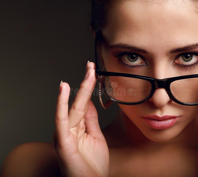 Προκλητική γυναίκα στα σύγχρονα γυαλιά. Κινηματογράφηση σε πρώτο πλάνο στοκ φωτογραφία