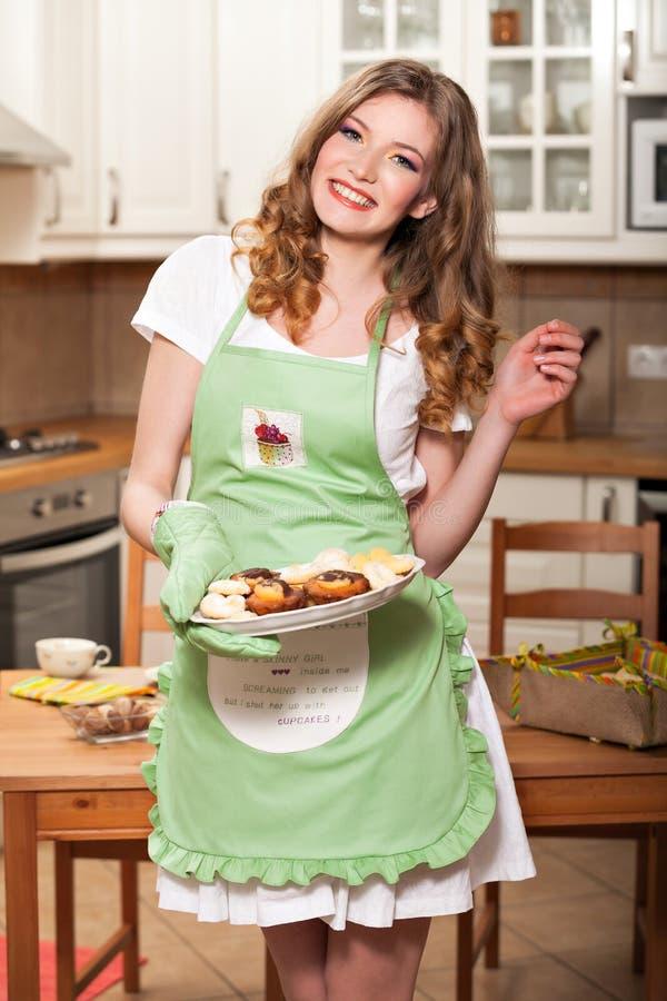 Προκλητική γυναίκα στην κουζίνα στοκ φωτογραφία με δικαίωμα ελεύθερης χρήσης