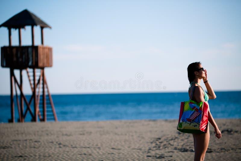 Προκλητική γυναίκα στις διακοπές παραλιών με τα εξαρτήματα Εξάρτημα παραλιών Μετάβαση στις αμμώδεις διακοπές παραλιών Ύφος μόδας  στοκ φωτογραφία με δικαίωμα ελεύθερης χρήσης