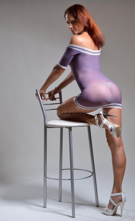 Προκλητική γυναίκα στο αραχνοΰφαντο φόρεμα στοκ φωτογραφία με δικαίωμα ελεύθερης χρήσης
