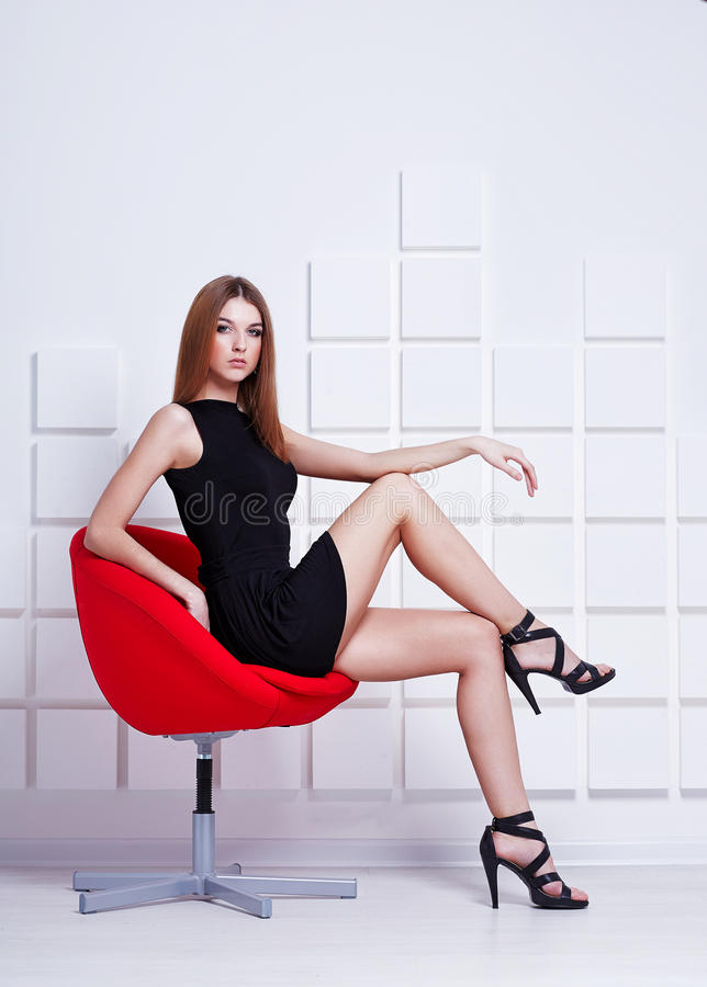 προκλητική γυναίκα συνεδρίασης εδρών πλάνο μόδας στοκ εικόνα με δικαίωμα ελεύθερης χρήσης