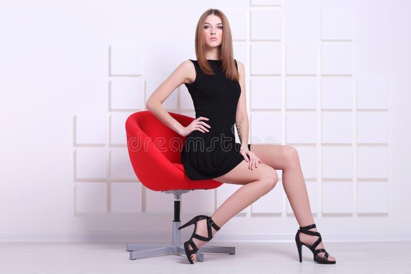 προκλητική γυναίκα συνεδρίασης εδρών πλάνο μόδας στοκ εικόνες με δικαίωμα ελεύθερης χρήσης
