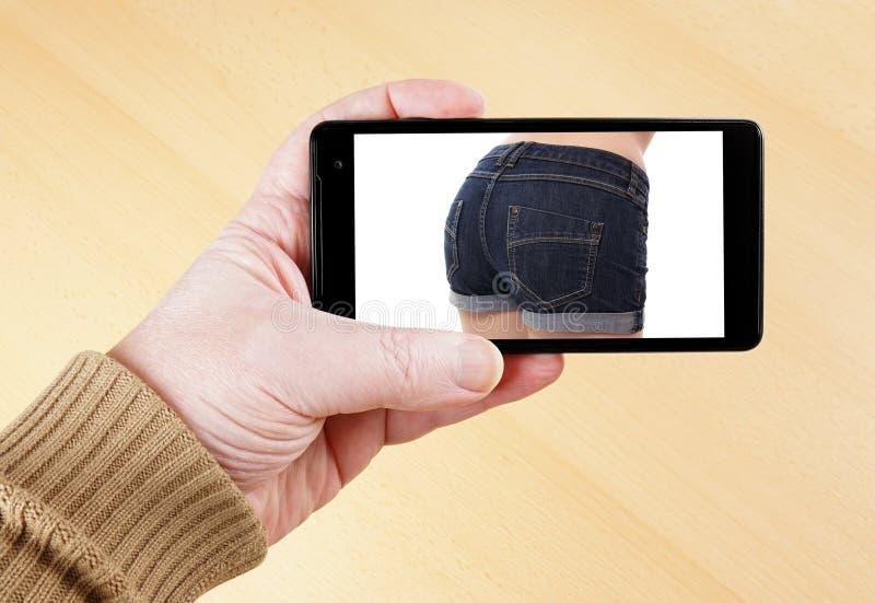 Προκλητική εικόνα στο έξυπνο τηλέφωνο στοκ φωτογραφίες