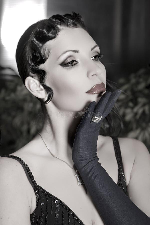 Προκλητική θηλυκή πρότυπη τοποθέτηση στο φόρεμα μόδας στοκ φωτογραφία με δικαίωμα ελεύθερης χρήσης
