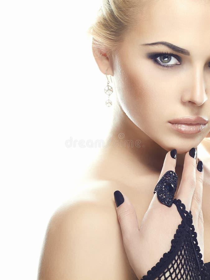 Προκλητική νέα γυναίκα στα γάντια στοκ φωτογραφία