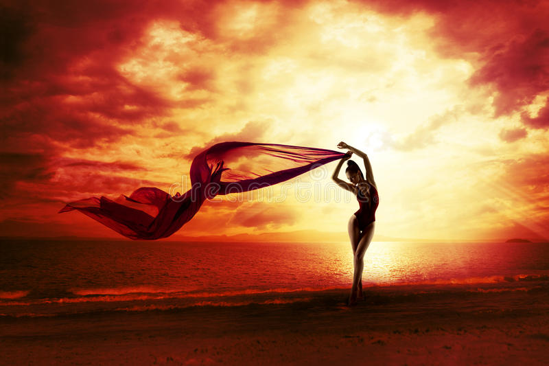 Προκλητική σκιαγραφία γυναικών πέρα από τον κόκκινο ουρανό ηλιοβασιλέματος, αισθησιακή θηλυκή παραλία στοκ εικόνες
