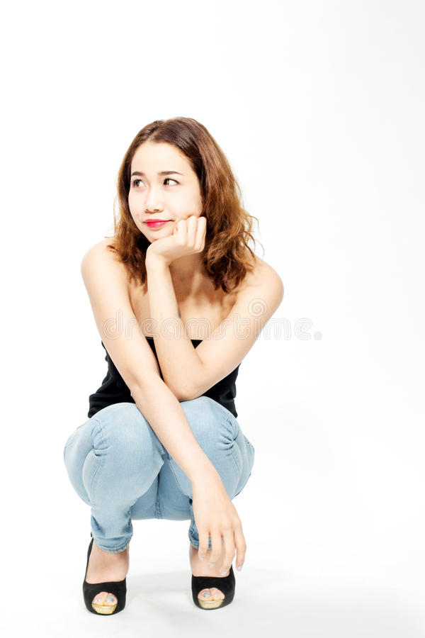 Προκλητική ταϊλανδική γυναικεία συνεδρίαση στο γόνατό της στοκ φωτογραφία με δικαίωμα ελεύθερης χρήσης