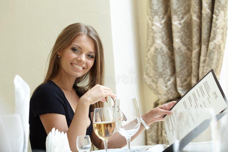 Προκλητική τοποθέτηση γυναικών με τις επιλογές στο χρόνο μεσημεριανού γεύματος στοκ εικόνες