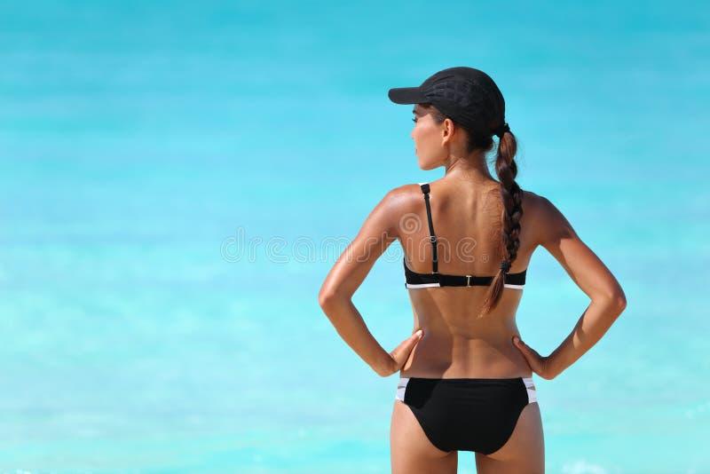 Προκλητική φίλαθλη γυναίκα μπικινιών στις διακοπές θερινών παραλιών στοκ εικόνα