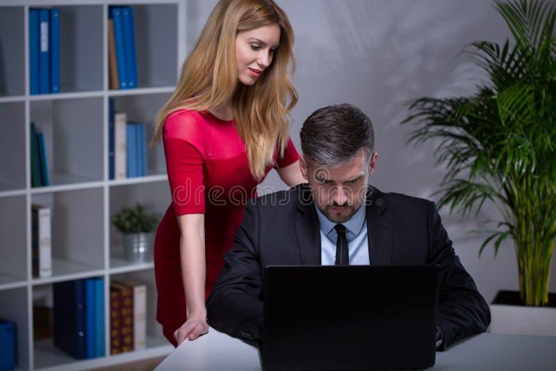 Προκλητικός γραμματέας που παραπλανεί τον προϊστάμενό της στοκ εικόνες με δικαίωμα ελεύθερης χρήσης