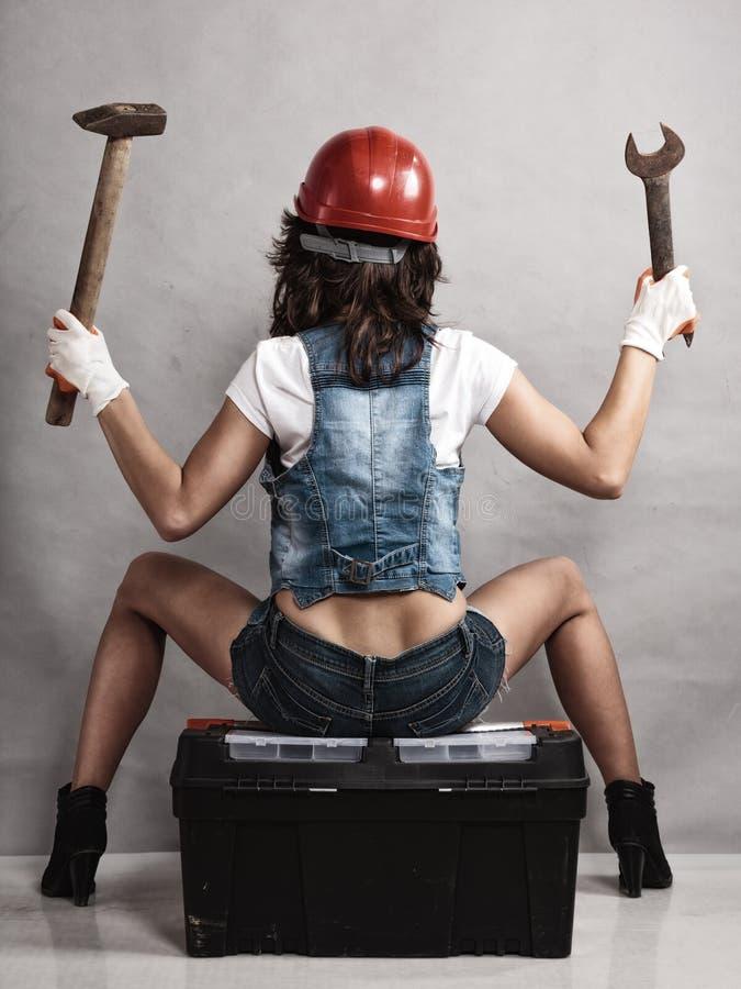 Προκλητικός μηχανικός κοριτσιών που εργάζεται με τα εργαλεία μπακαράδων στοκ φωτογραφίες με δικαίωμα ελεύθερης χρήσης