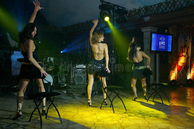 Προκλητικός χορός των όμορφων κοριτσιών στα κοντά φορέματα ο χορός παρουσιάζει ομορφιά στοκ εικόνα με δικαίωμα ελεύθερης χρήσης
