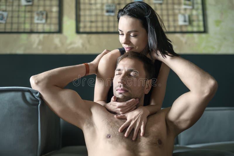 Προκλητικό αγκαλιάζοντας ζεύγος στοκ φωτογραφίες με δικαίωμα ελεύθερης χρήσης