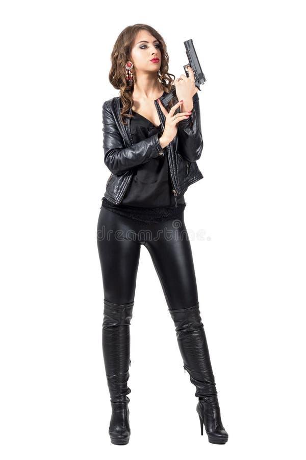 Προκλητικό θηλυκό κορίτσι γκάγκστερ που ξαναφορτώνει την κασέτα περίστροφων στοκ εικόνα