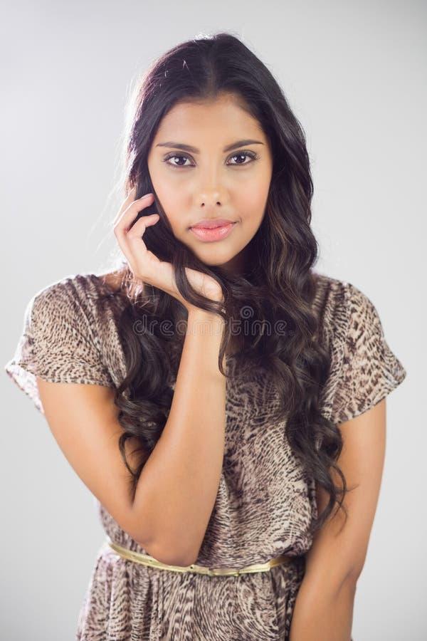 Προκλητικό ικανοποιημένο brunette που εξετάζει τη κάμερα στοκ εικόνα με δικαίωμα ελεύθερης χρήσης