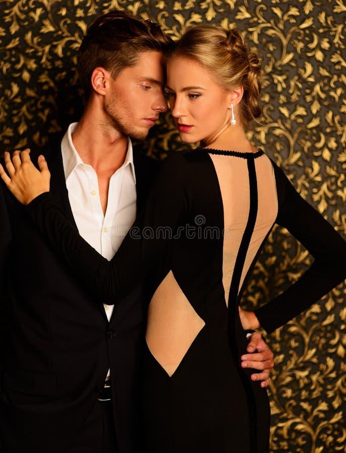 Προκλητικό καλά-ντυμένο νέο ζεύγος στοκ εικόνα