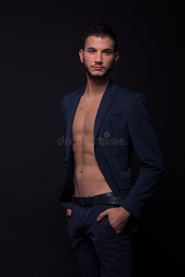 Προκλητικό κοίταγμα σακακιών κοστουμιών ABS γυμνοστήθων ατόμων στοκ φωτογραφίες με δικαίωμα ελεύθερης χρήσης